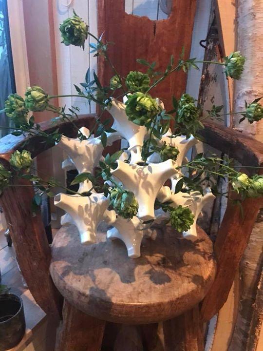 花器作家 竹田さんの新作の器に薔薇を生けてみました。